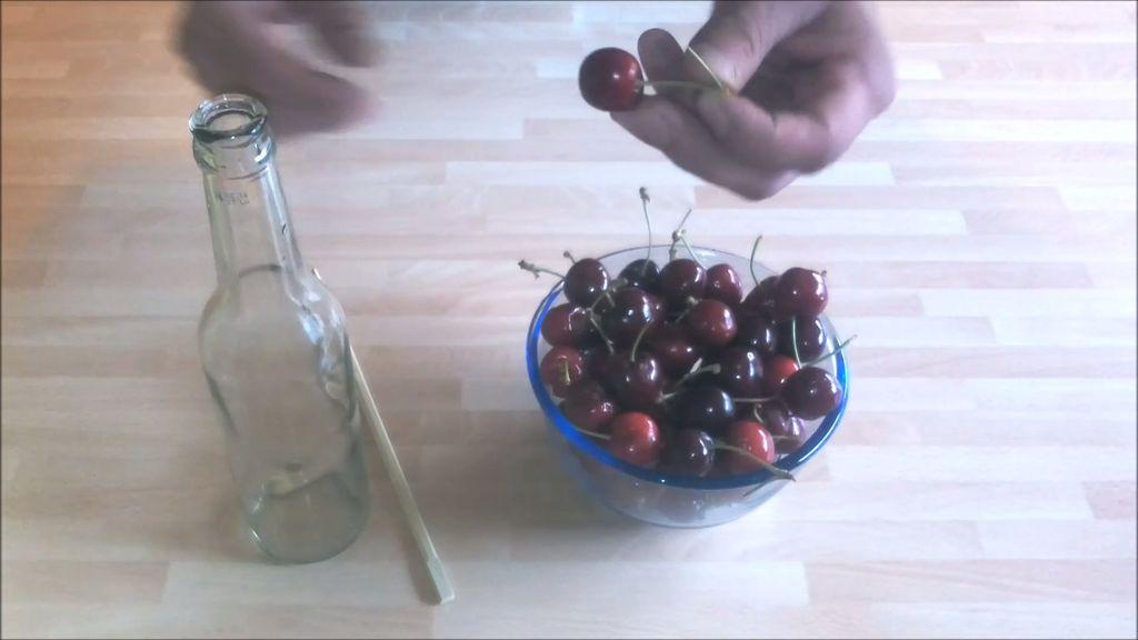 Миска с вишней