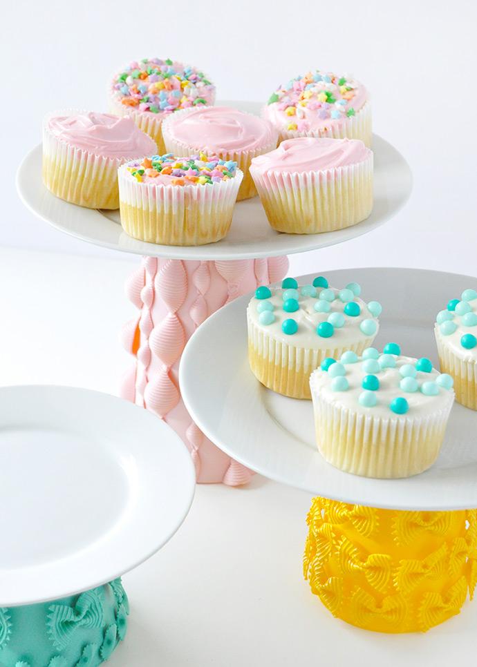 Кексы на блюде
