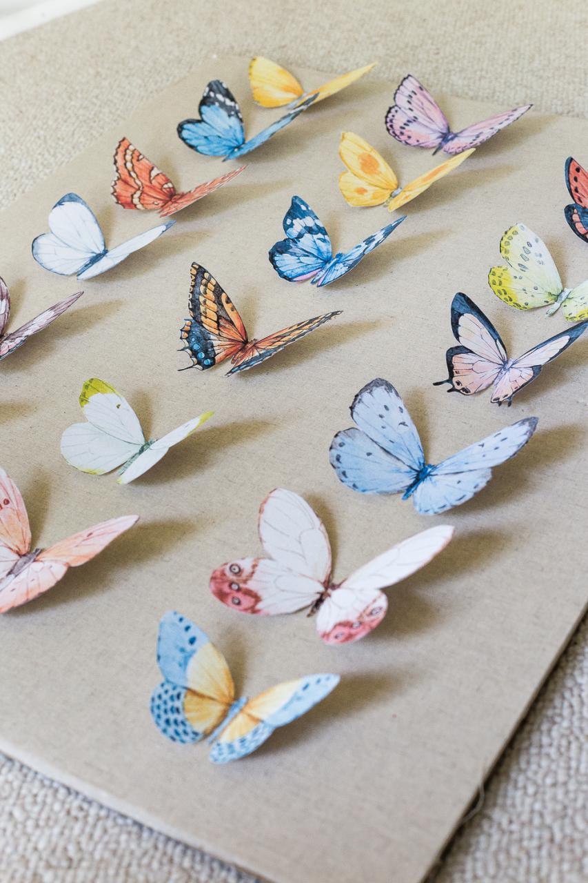Приклеить бабочек