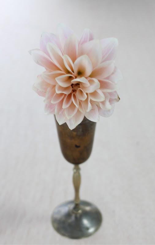 Бокал с цветком