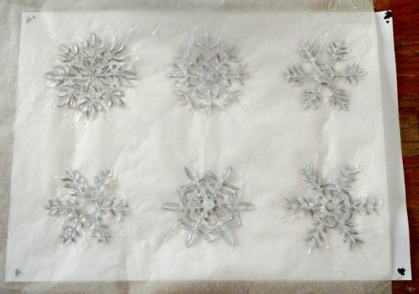 Снежинки из термоклея на бумаге