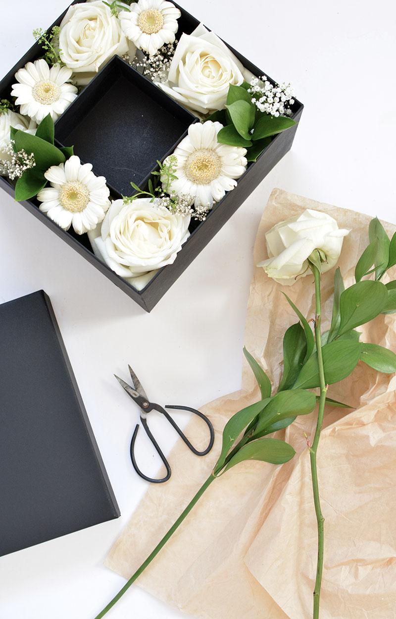 Выложить цветы