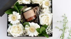 Цветы и подарок на 8 марта