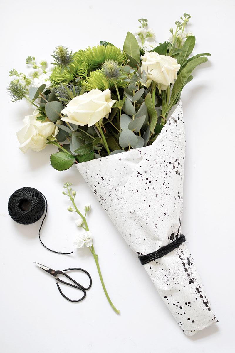 Как оригинально упаковать букет цветов