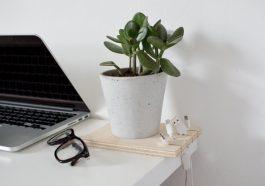Организатор кабелей-подставка для цветка