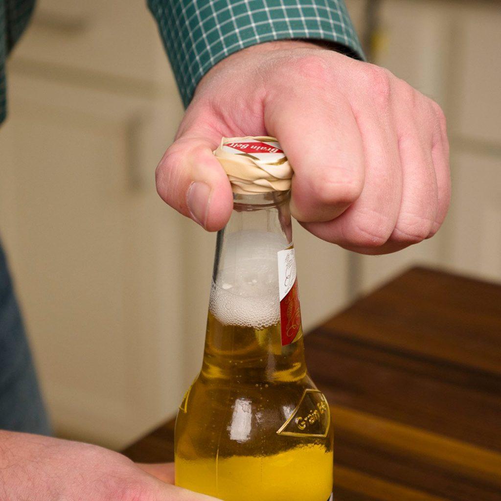 Как открыть бутылку