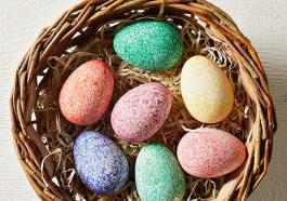 Яйца, покрашенные при помощи риса