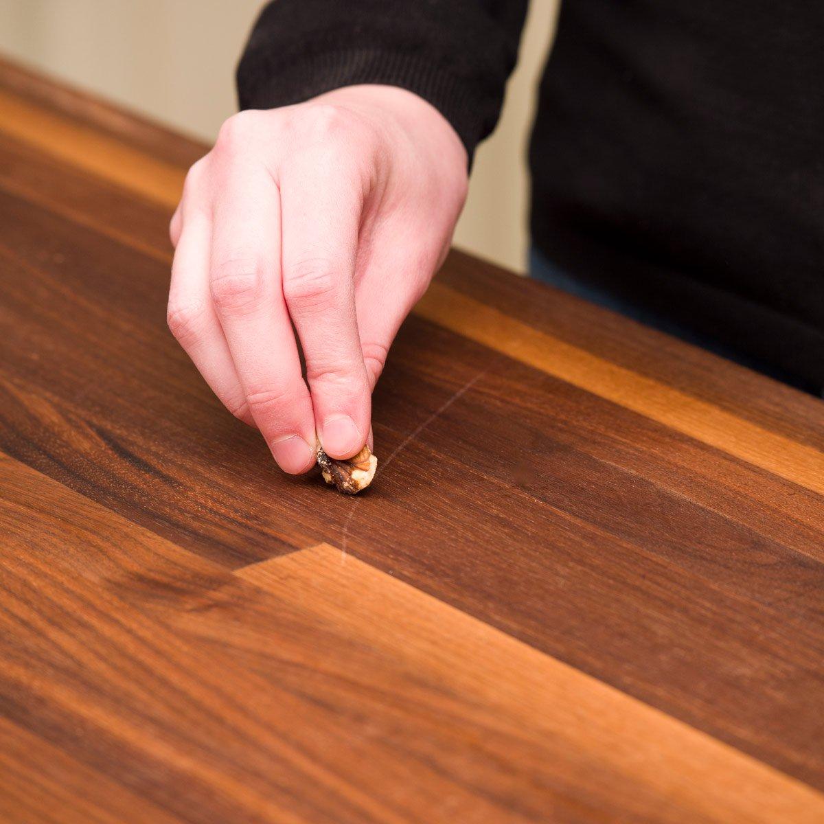 Wie man Kratzer von Möbeln entfernt
