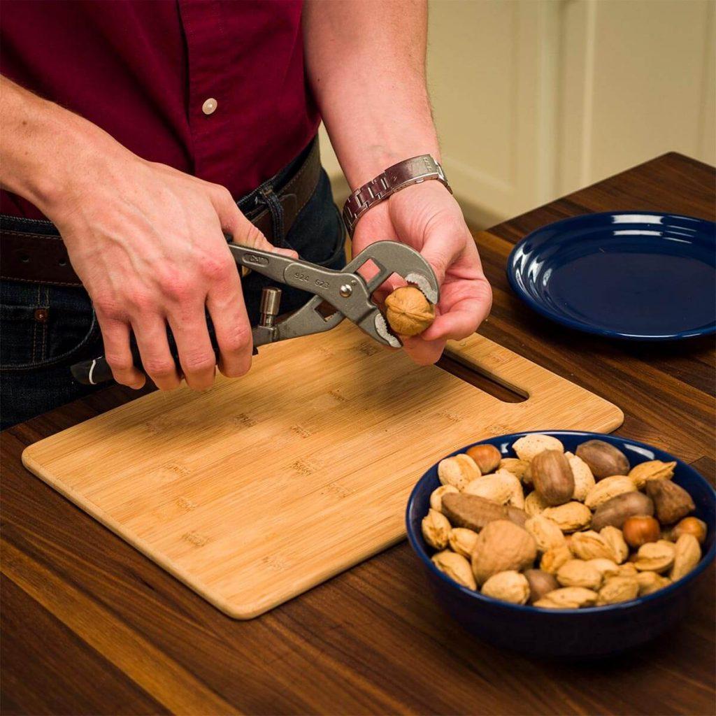Как колоть орехи