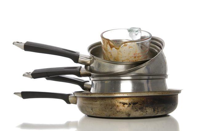Как очистить подгоревшую посуду