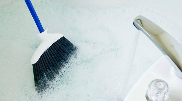 Как быстро почистить ванну