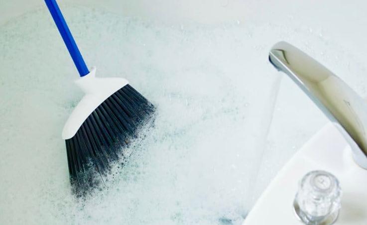 Как очистить ванну от мыльного налета
